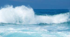 Rottura potente delle onde di oceano immagini stock libere da diritti