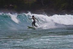 Rottura praticante il surfing fotografia stock libera da diritti