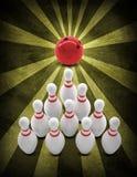 Rotture della palla da bowling che stanno i perni Stile di lerciume Fotografie Stock Libere da Diritti