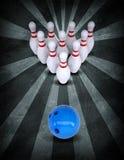 Rotture della palla da bowling che stanno i perni Stile di lerciume fotografia stock