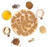 Rotture dello zenzero con gli ingredienti su fondo bianco Fotografie Stock Libere da Diritti
