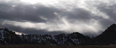 Rotture di The Sun attraverso la tempesta della neve immagini stock libere da diritti