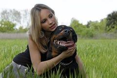 Rottweiler und Jugendlicher Lizenzfreie Stockbilder