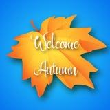 Rotulação bem-vinda do outono na folha de bordo e no fundo azul Ilustração do vetor Imagem de Stock Royalty Free