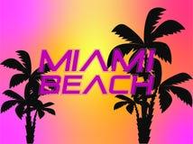 Rotulação branca de Miami Beach com as palmeiras pretas no backround colorido do por do sol foto de stock