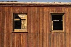 Rotulação branca pintado à mão no caboose de madeira do carro de estrada de ferro do trem fotografia de stock