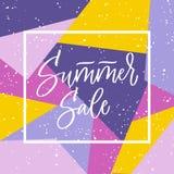 Rotulação da mão da venda do verão no quadro no fundo brilhante nas cores violetas e amarelas Caligrafia artística do vetor Fotografia de Stock