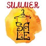 Rotulação da venda do verão Camisa, respingo do amarelo da aquarela typographic ilustração do vetor