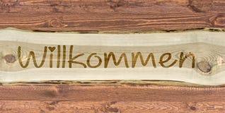 Rotulação de madeira com a palavra alemão para a boa vinda como uma inscrição foto de stock royalty free