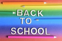 Rotulação de volta à escola com os pastéis no fundo do arco-íris imagens de stock