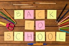 Rotulação de volta à escola e várias fontes de escola em b de madeira fotos de stock royalty free