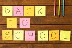 Rotulação de volta à escola e várias fontes de escola em b de madeira fotos de stock