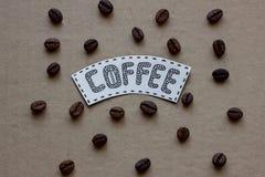 Rotulação do café com grões do café em um backgroun do cartão Imagem de Stock Royalty Free