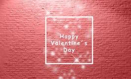 Rotulação do dia dos valentinefelizes na frente da parede de tijolo branca envelhecida tom vermelho bonito e fonte branca imagens de stock royalty free
