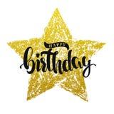 Rotulação do feliz aniversario na estrela do ouro imagem de stock