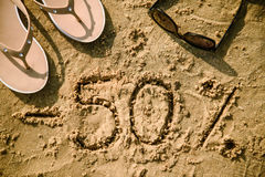 rotulação 50 escrita na areia Fotografia de Stock