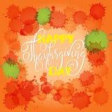 Rotulação feliz do dia da ação de graças Ilustração do vetor Gotas coloridas da aquarela Fundo da laranja do outono Eps 10 Foto de Stock