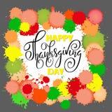 Rotulação feliz do dia da ação de graças Ilustração do vetor Gotas coloridas da aquarela Fundo do outono Eps 10 Imagens de Stock