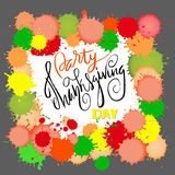 Rotulação feliz do dia da ação de graças Ilustração do vetor Gotas coloridas da aquarela Fundo do outono Eps 10 Imagens de Stock Royalty Free