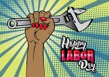 Rotulação feliz do Dia do Trabalhador A mão fêmea dos desenhos animados com tratamento de mãos guarda a chave ajustável ilustração royalty free