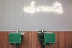Rotulação iluminada amarela em um restaurante dos anéis de espuma unido à parede, a dois tamboretes com tabelas e a guardanapo na fotografia de stock royalty free