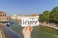 Rotulação moderna de Veneza em um canal grande ceder Imagens de Stock