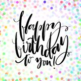 Rotulação tirada mão do vetor Feliz aniversário frase à mão no fundo brilhante dos confetes Moderno escrito à mão ilustração royalty free