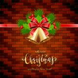 Rotulando o Feliz Natal com as Bels douradas no fundo da parede de tijolo ilustração stock