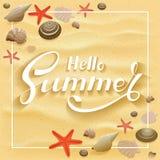 Rotulando o verão do olá! no fundo arenoso com estrela do mar e mar ilustração stock