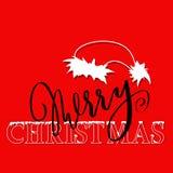 Rotulação do grunge da mão branca e preta e fonte tiradas do estilo do Natal no fundo vermelho Silhueta do chapéu de Santa Claus Imagem de Stock Royalty Free