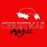 Rotulação do grunge da mão branca e preta e fonte tiradas do estilo do Natal no fundo vermelho Silhueta do chapéu de Santa Claus Imagem de Stock