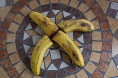 Rotule X feito com bananas para formar uma letra do alfabeto com frutos Fotografia de Stock Royalty Free