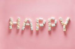 Rotule FELIZ do marshmallow no fundo cor-de-rosa delicado Configuração lisa Imagem para o conceito do dia de são valentim Imagem de Stock