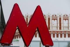 Rotule o símbolo do metro de M no fundo do Kremlin Foto de Stock Royalty Free