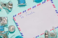 Rotule a Papai Noel uma letra da lista de objetivos pretendidos em um fundo azul Fotografia de Stock Royalty Free