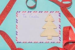 Rotule a Papai Noel uma letra da lista de objetivos pretendidos em um fundo azul Imagem de Stock Royalty Free