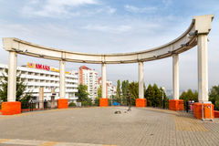 Rotunda και κορίτσι γλυπτών με τις φυσαλίδες σαπουνιών Belgorod Ρωσία Στοκ Εικόνες