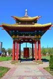 Rotunda avec un tambour de prière avec des disques de prière antique textote photos libres de droits