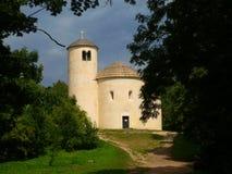 Rotunda de St George e de St Vojtech na parte superior da montanha de ŘÃp Imagens de Stock Royalty Free