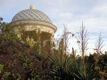 Rotunda en parc de ville de Sotchi, belle nature d'automne et ciel nuageux Photos libres de droits