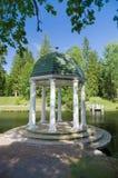 Rotunda en parc près de l'étang photographie stock libre de droits