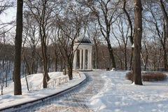 Rotunda en vieux, couvert de neige parc de ville Photographie stock libre de droits