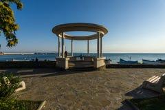 Rotunda på invallningen av en sjösidastad på Blacket Sea av Pomorie Royaltyfri Fotografi