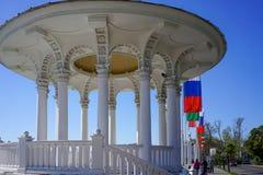 Rotunda sul lungomare del porto marittimo in tempo soleggiato Fotografia Stock Libera da Diritti