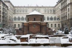 Rotunda Sveti Georgi eller St George som täckas med insnöade Sofia, Bulgarien Royaltyfri Fotografi