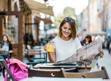 Rotura con la bebida en un café de la calle fotografía de archivo