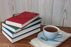 Rotura con té y libros imagen de archivo