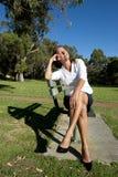 Rotura de la mujer de negocios en parque Imagenes de archivo