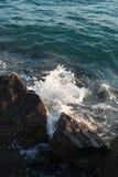 Rotura de la onda del mar en piedra Imagen de archivo libre de regalías