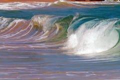 Rotura de la orilla de la onda/de la resaca en Hawaii Imágenes de archivo libres de regalías